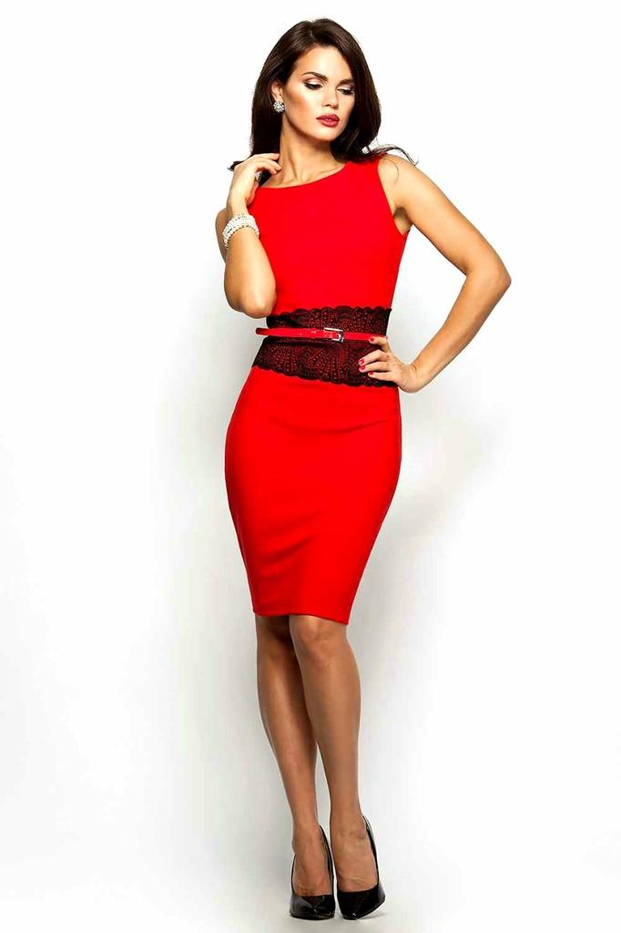 Очень красивая женщина с пышными грудью в красном сексапильном платье попу