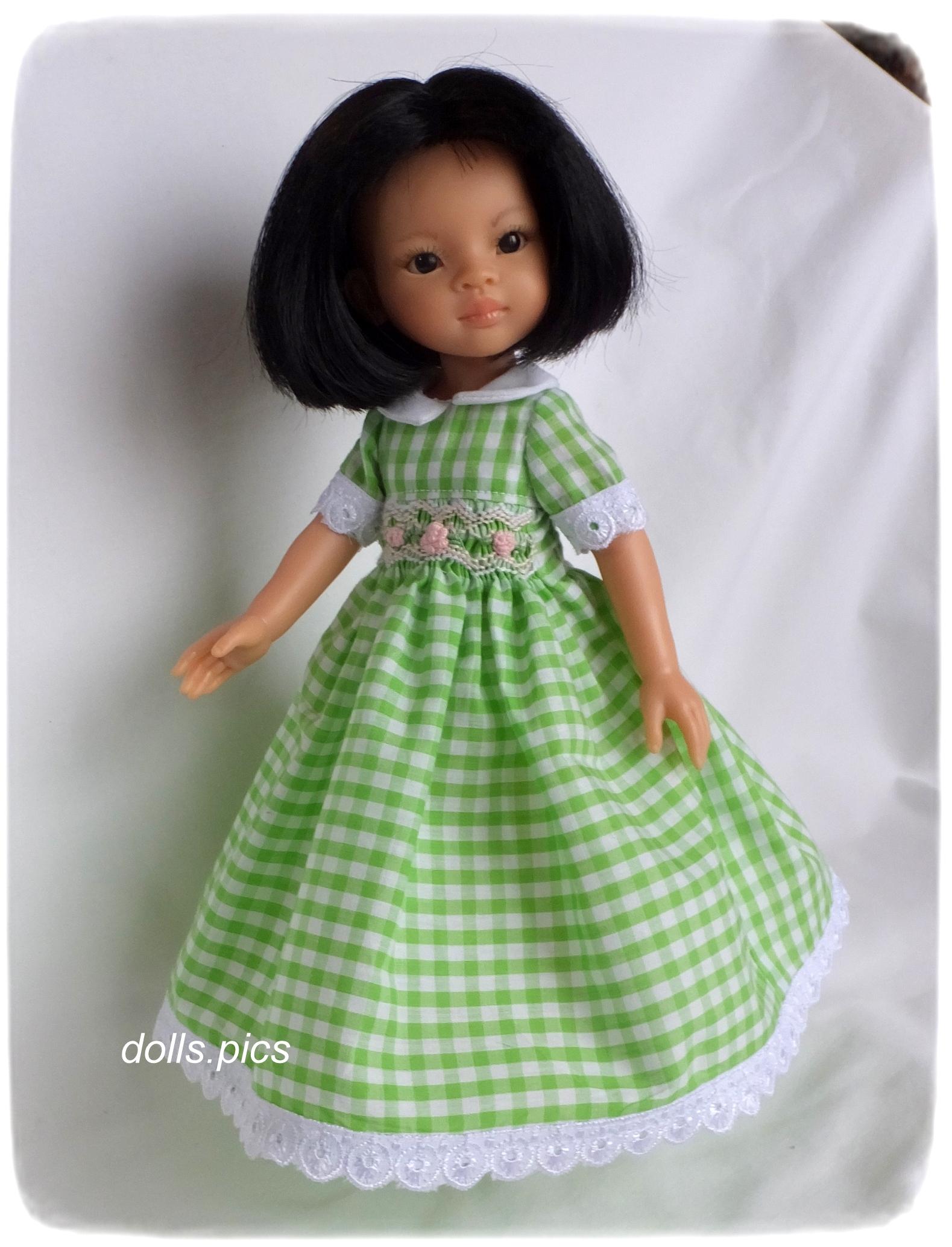 4755d24b067 На гърба има прорез, който придава на роклята специален чар. Вместо бутони  мъниста, и примки са изработени от нишки с примка шев.